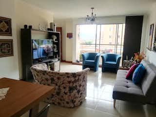 Una sala de estar llena de muebles y una televisión de pantalla plana en Apartamento en venta en Conquistadores de  3 habitaciones