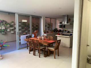 Un comedor con una mesa y sillas en Casa en venta en San Antonio de Pereira de  3 habitaciones