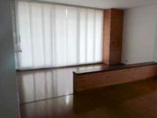 Un banco de madera sentado delante de la ventana en Apartamento en Rosales, Chico - Una alcoba