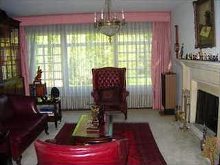 Una sala de estar llena de muebles y una chimenea en Casa en venta en Santa Ana, 515mt