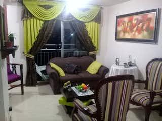 Una sala de estar llena de muebles y una ventana en Ribera del valle