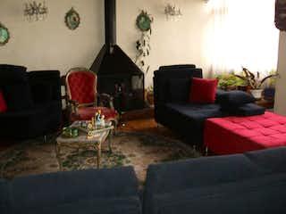 Una sala de estar llena de muebles y una chimenea en Casa En Venta En Bogota Niza