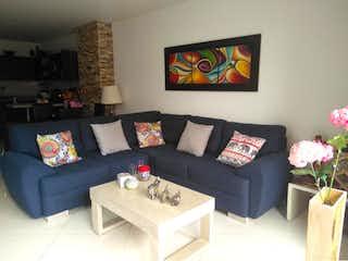 Una sala de estar con un sofá y una mesa de café en Apartamento de 115 m2, El Dorado, Envigado
