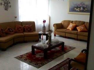 Una sala de estar con un sofá y una mesa de café en Casa En Venta En Bogota Pontevedra