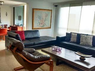 Una sala de estar llena de muebles y una televisión de pantalla plana en Apartamento en venta en San Lucas de  3 habitaciones