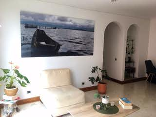 Una sala de estar llena de muebles y una gran ventana en Jardines De Balmoral