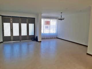 Una sala de estar con un gran ventanal y un piso negro en Casa en venta en Los Colores de  3 habitaciones