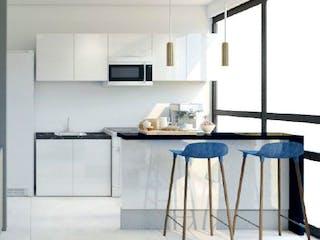 Una cocina con un lavabo y una mesa en Quo Armada