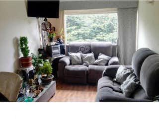 Una sala de estar llena de muebles y una gran ventana en Venta Apartamento Bochica-2560002