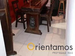 Una sala de estar llena de muebles y una mesa en Casa en venta en El Porvenir de  4 habitaciones