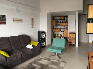 Una sala de estar llena de muebles y un estante de libros en Apartamento en venta en La Floresta de  3 habitaciones