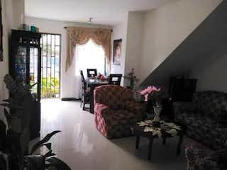 Una sala de estar llena de muebles y una chimenea en Casa en venta en Buenos Aires  de  3 habitaciones