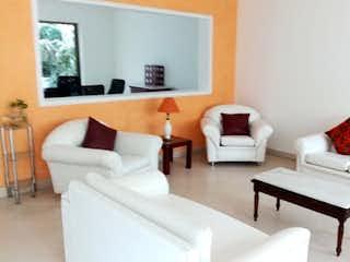 Una sala de estar llena de muebles y una gran ventana en Casa en venta en Hayuelos de  4 habitaciones
