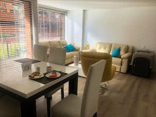 Una sala de estar llena de muebles y una televisión de pantalla plana en Apartamento en venta en Batán de  3 habitaciones