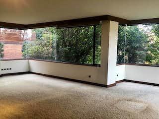 Un horno microondas blanco sentado en la parte superior de un mostrador en Casa en venta en Colinas de Suba, 330mt duplex