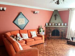 Una sala de estar llena de muebles y una chimenea en Casa en venta en Normandía, 192mt de dos niveles
