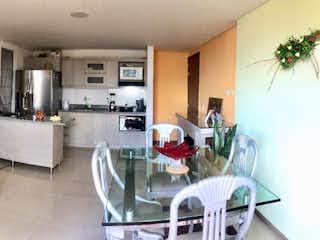 Una sala de estar llena de muebles y una mesa en  Edificio Montecarlo