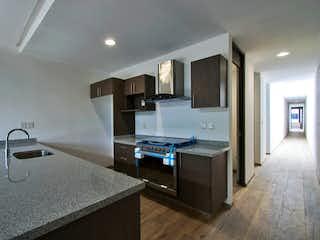 Una cocina con un mostrador, un fregadero y un refrigerador en Minería 44