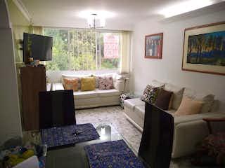 Una sala de estar llena de muebles y una televisión de pantalla plana en Apartamento en venta en Universidad Medellín de  3 habitaciones