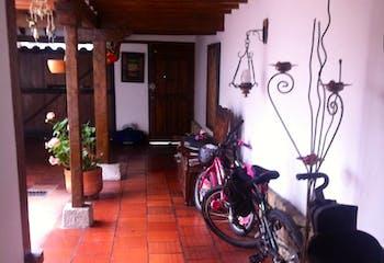 Casa en Bogota Santa Barbara Central - con jardín interior, sala con chimenea