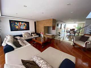 Una sala de estar llena de muebles y una televisión de pantalla plana en Apartamento en venta en Ciudad Salitre Occidental, 340mt penthouse