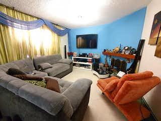 Una sala de estar llena de muebles y una televisión de pantalla plana en Casa en venta en Álamos Norte, 180mt de dos niveles