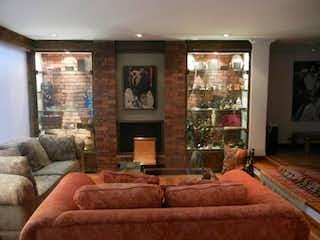 Una sala de estar llena de muebles y una chimenea en Casa En Venta En Bogota Rosales