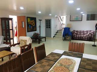 Una sala de estar llena de muebles y una chimenea en Casa en venta en Pasadena, 349mt de dos niveles.
