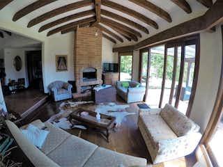 Una sala de estar llena de muebles y una ventana en VENTA DE CASA CAMPESTRE EN ALTO DE LAS PALMAS