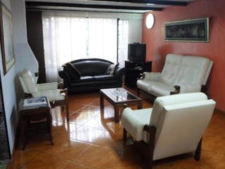 Una sala de estar llena de muebles y una televisión de pantalla plana en Casa en venta en Julio Flórez, 205mt de dos niveles