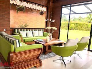 Una sala de estar llena de muebles y una ventana en Condominio Veranda