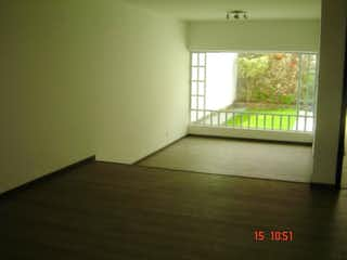 Una cama sentada en una habitación junto a una ventana en Casa En Venta En Bogota Santa Barbara Central