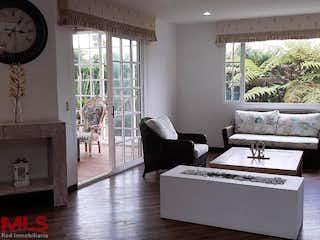 Una sala de estar llena de muebles y una ventana en Aldea de Palmaverde