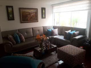 Una sala de estar llena de muebles y una gran ventana en Casa en venta en San Antonio Norte de  3 habitaciones