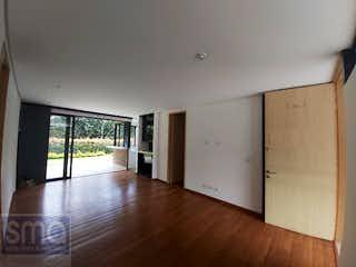 Una sala de estar con suelos de madera dura y una ventana en Apartamento en venta en Tres Puertas de 2 habitaciones