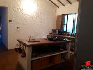 Una cocina con un fregadero, una estufa y una ventana en SAN ISIDRO