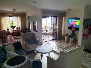 Una sala de estar llena de muebles y una televisión de pantalla plana en Casa en venta en Loma del Indio de 220mts, tres niveles