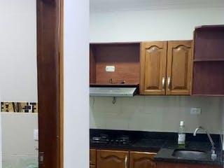 Un cuarto de baño con un inodoro y un lavabo en Apartamento en venta en La Milagrosa de dos alcobas