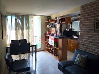 Una sala de estar llena de muebles y una televisión de pantalla plana en Apartamento en venta en Boston de tres alcobas