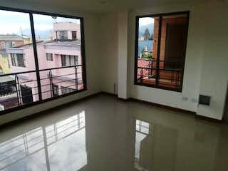 Un baño con una ventana, un lavabo y una ventana en Apartamento en venta en Chia de tres habitaciones