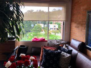 Una sala de estar llena de muebles y una ventana en Apartamento en venta en Casa Blanca Suba de tres alcobas