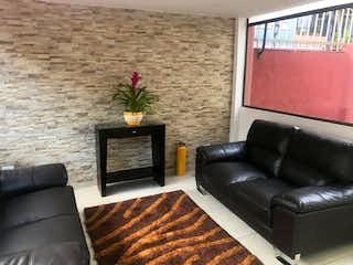 Una sala de estar llena de muebles y una chimenea en Apartamento en venta en Iberia de tres habitaciones