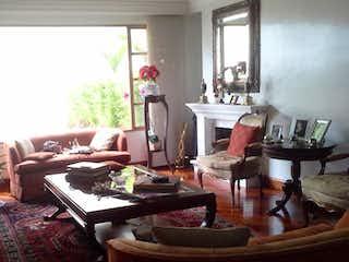 Una sala de estar llena de muebles y una ventana en Apartamento En Venta En Bogota Cerros De Niza