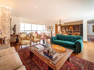 Una sala de estar llena de muebles y una chimenea en EDIFICIO CORALES