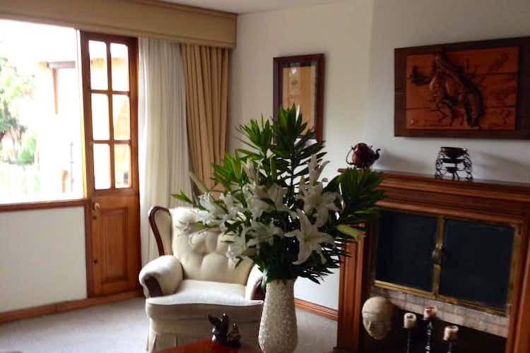 Portada Apartamento en Bogota Altos De Los Lagartos - sala con chimenea, comedor independiente, dos garajes y depósito