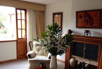 Apartamento en Bogota Altos De Los Lagartos - sala con chimenea, comedor independiente, dos garajes y depósito
