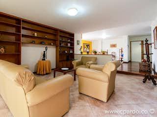 Una sala de estar llena de muebles y una chimenea en Apartamento en venta en Las Lomas, 260mt con dos terrazas