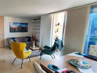 Una silla y un escritorio en una habitación en Apartamento en venta en Los Almendros de  3 habitaciones