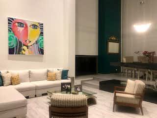 Una sala de estar llena de muebles y una gran ventana en Casa en venta en Mercenario de  4 habitaciones
