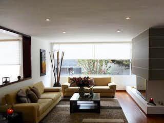 Una sala de estar llena de muebles y una gran ventana en Casa en venta en Santa Paula de  4 habitaciones